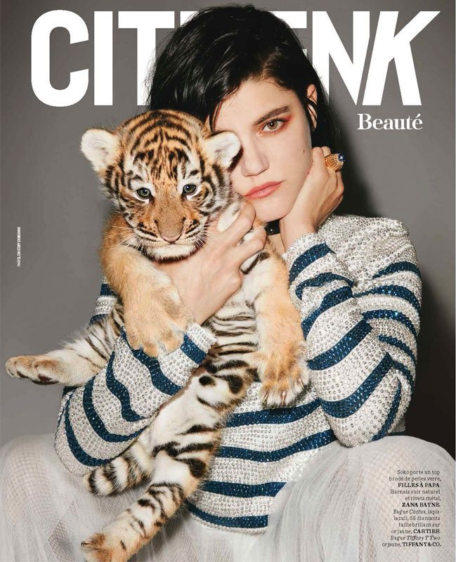 Shooting photo avec SOKO & un bébé tigre pour le magazine Citizen